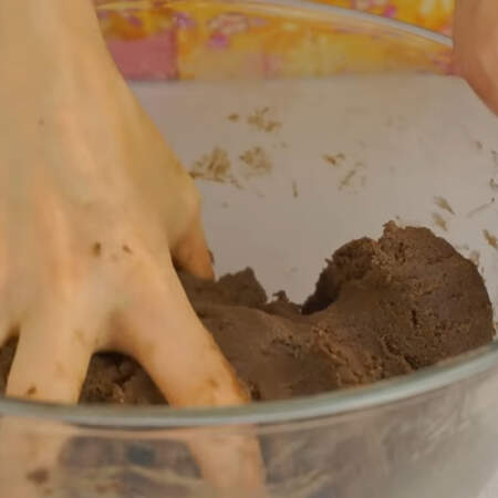 Тесто должно получиться мягким, пластичным и однородным.
