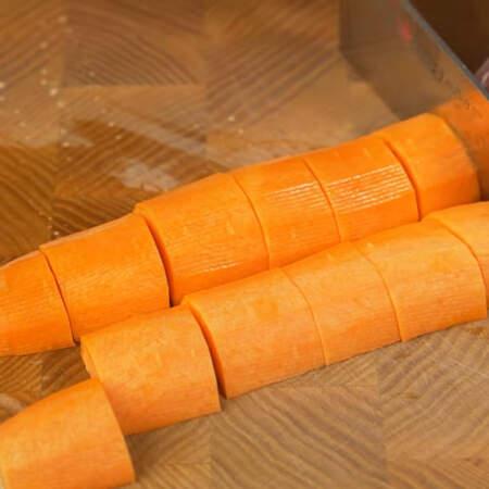 Сначала подготовим все ингредиенты. Одну морковь нарезаем произвольными крупными кусочками.