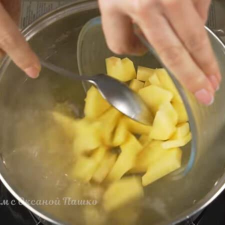 В бульон кладем подготовленный картофель. Варим его 5 минут на маленьком огне.