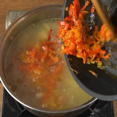 Сюда же добавляем овощную пассеровку. Все перемешиваем. Пока суп закипает готовим сметанную заправку.