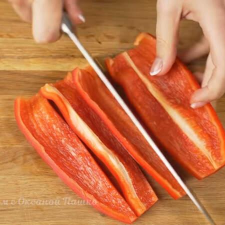 Пока варится мясо подготовим остальные ингредиенты. Берем 1 сладкий перец и вырезаем семенную коробочку. Перец сначала нарезаем вдоль на полоски
