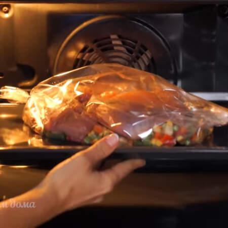 Все ставим в духовку разогретую до 180 град. Запекаем приблизительно 40 мин. Противень нужно ставить на такой уровень, чтобы рукав для запекания не касался верхней части духовки.