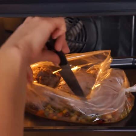 За 10 мин до конца выпечки, рукав разрезаем, для того, чтобы филе сверху подрумянилось.