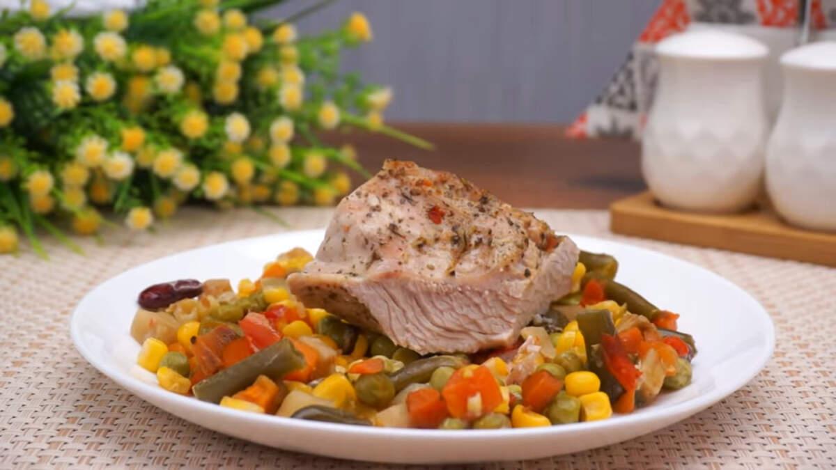 Филе индейки с овощами получилось очень вкусным, мягким и сочным. подавать его можно с любым гарниром. По желанию можно добавить больше овощей. Блюдо настолько легкое в приготовлении, что оно отлично подходит для ужина после долгого трудового дня.
