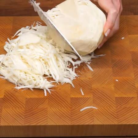 Сначала подготовим все ингредиенты. Мелко шинкуем белокочанную капусту. Ее понадобится примерно 1 кг или немного больше.